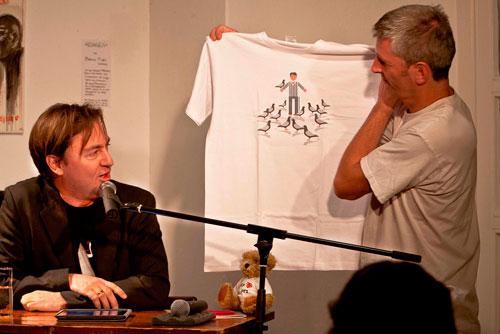 Jan-Uwe Fitz kriegt sein WIDL-Shirt