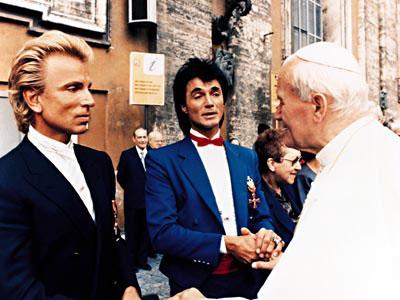 Der Papst besucht uns bei Madame Tussauds.